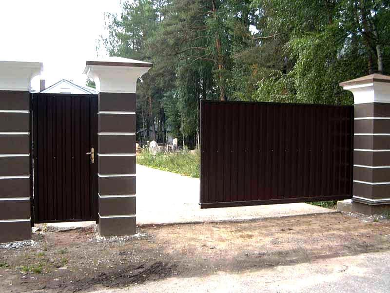 Откатные вороты с калиткой для частного дома