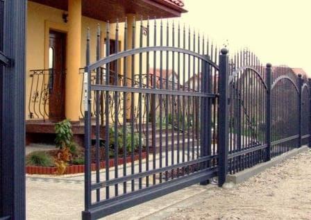 Металлические откатные ворота для приусадебного участка